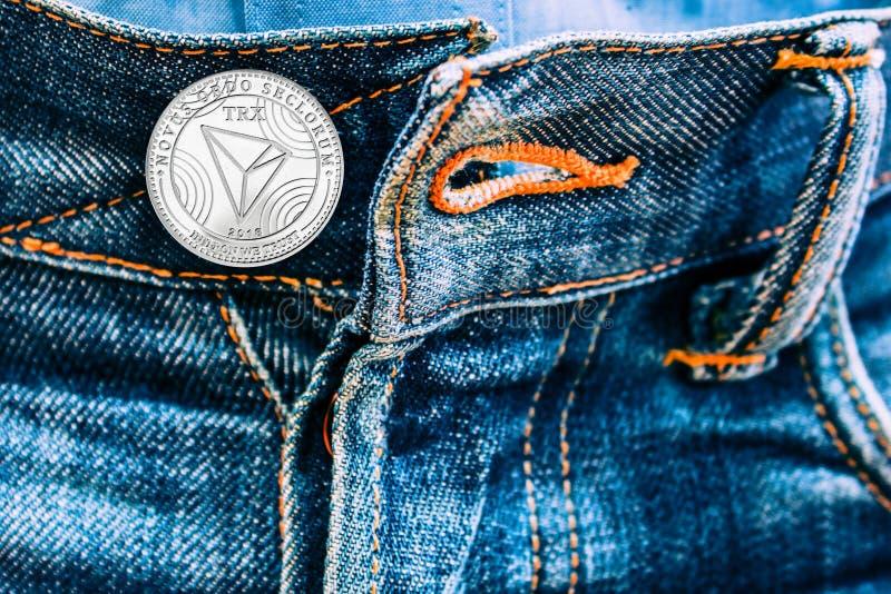 Pièce de monnaie de Trx au lieu des boutons sur des jeans photographie stock