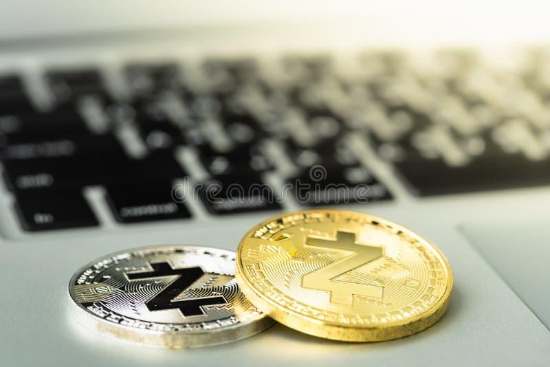 Pièce de monnaie de Zcash ZEC sur le carnet photographie stock