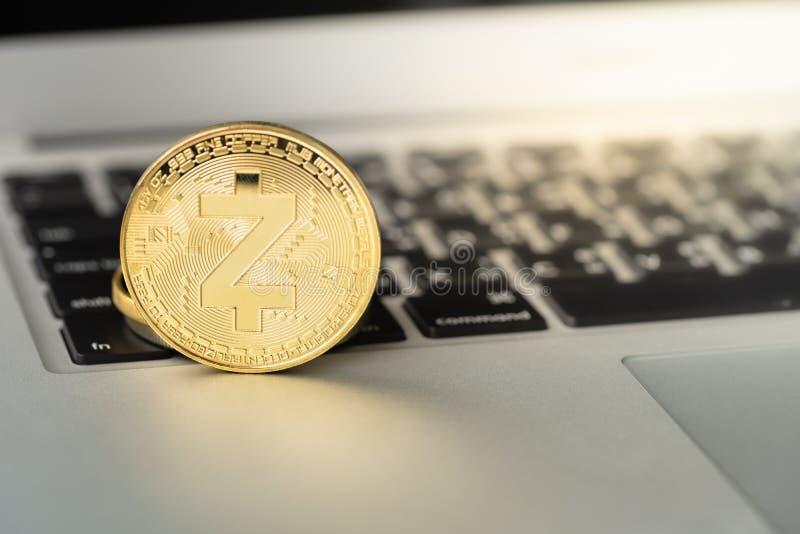 Pièce de monnaie de Zcash ZEC sur le carnet photos libres de droits