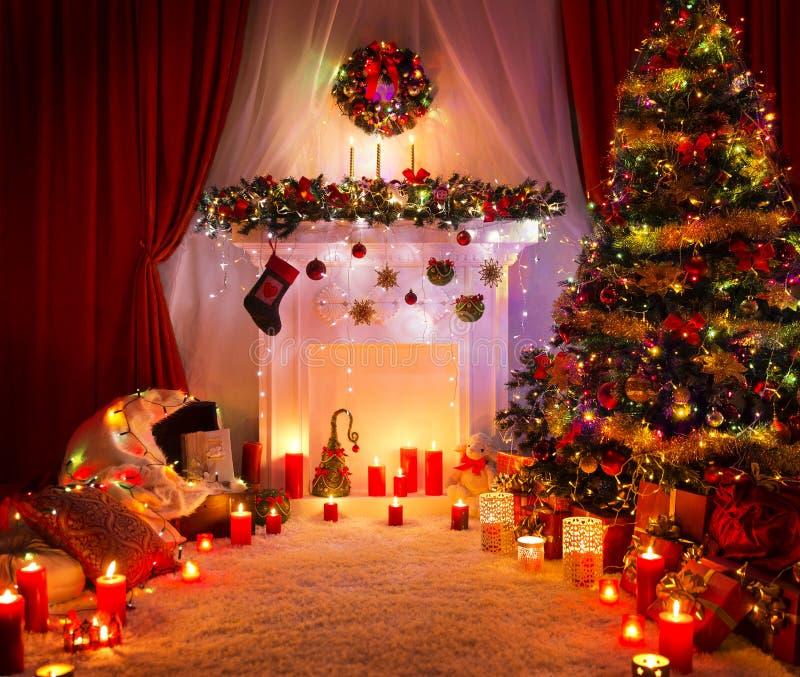 Pièce de Noël, allumant la décoration de cheminée d'arbre de Noël image stock