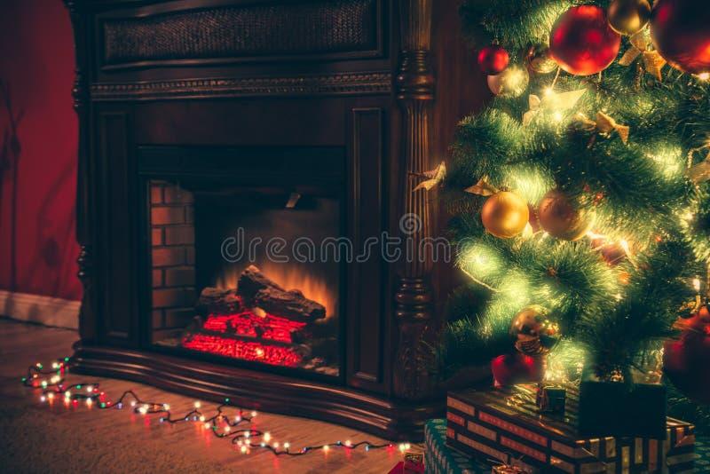 Pièce de nouvelle année avec l'arbre de Noël décoré image stock