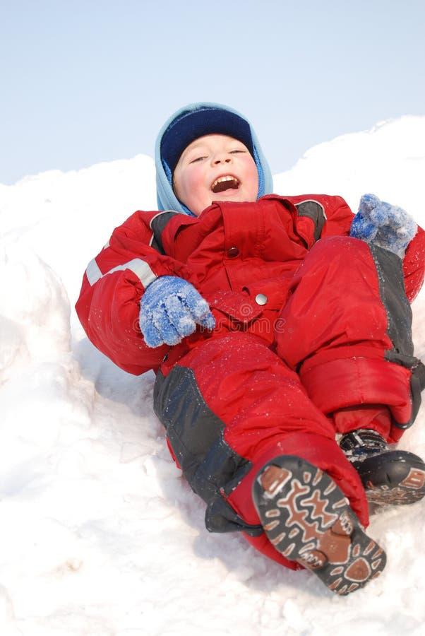 Pièce de petit garçon sur la neige photo libre de droits