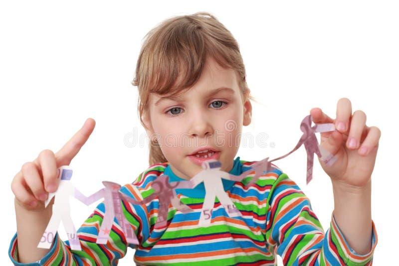 Pièce de petite fille avec la guirlande des créatures de papier photographie stock libre de droits