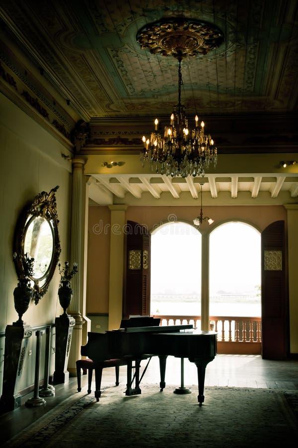 Pièce de piano avec les murs jaunes et beaucoup d'hublots image libre de droits
