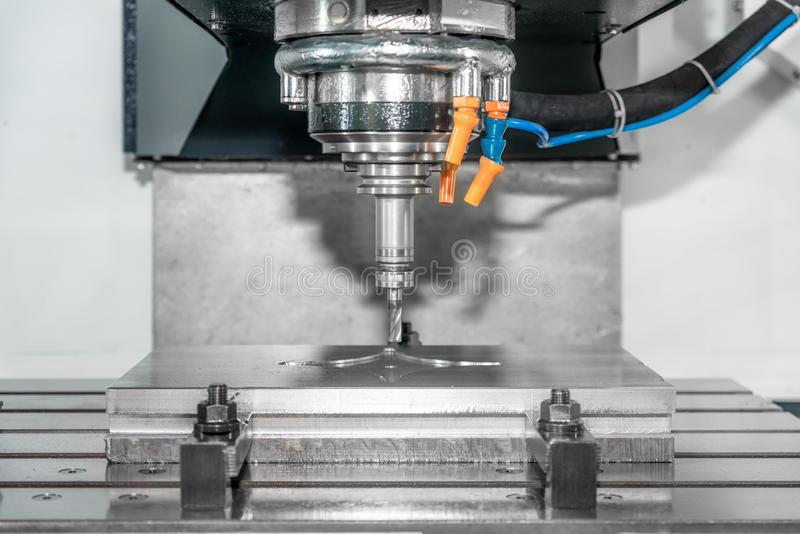 Pièce de précision de machine d'industrie par le centre d'usinage de commande numérique par ordinateur fonctionnant dedans images libres de droits
