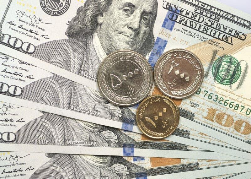 Pièce de rial iranien sur des billets d'un dollar photographie stock libre de droits