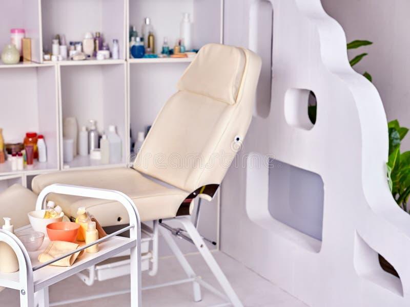 Pièce de table de massage Intérieur de conception de traitement de station thermale photos libres de droits
