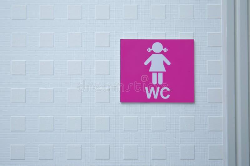 Pièce de toilettes ou de toilette de signe d'icône de salle de bains du ` s de femmes sur le mur de ciment Les toilettes se conne photographie stock libre de droits