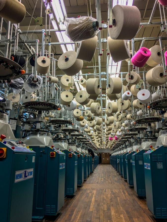Pièce de tricotage à l'intérieur de moulin de textile image stock