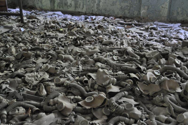 Pièce des gasmasks poussiéreux Pripyat Chernobyl Ukraine photos stock