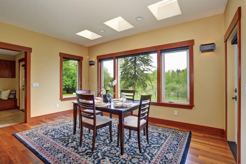 Pièce dinning simple avec de grandes fenêtres images stock