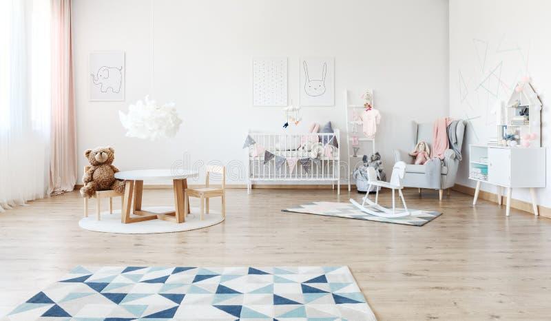 Pièce du ` s de bébé avec le cheval de basculage photo libre de droits
