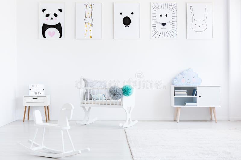 Pièce du ` s de bébé avec le cheval de basculage photos stock