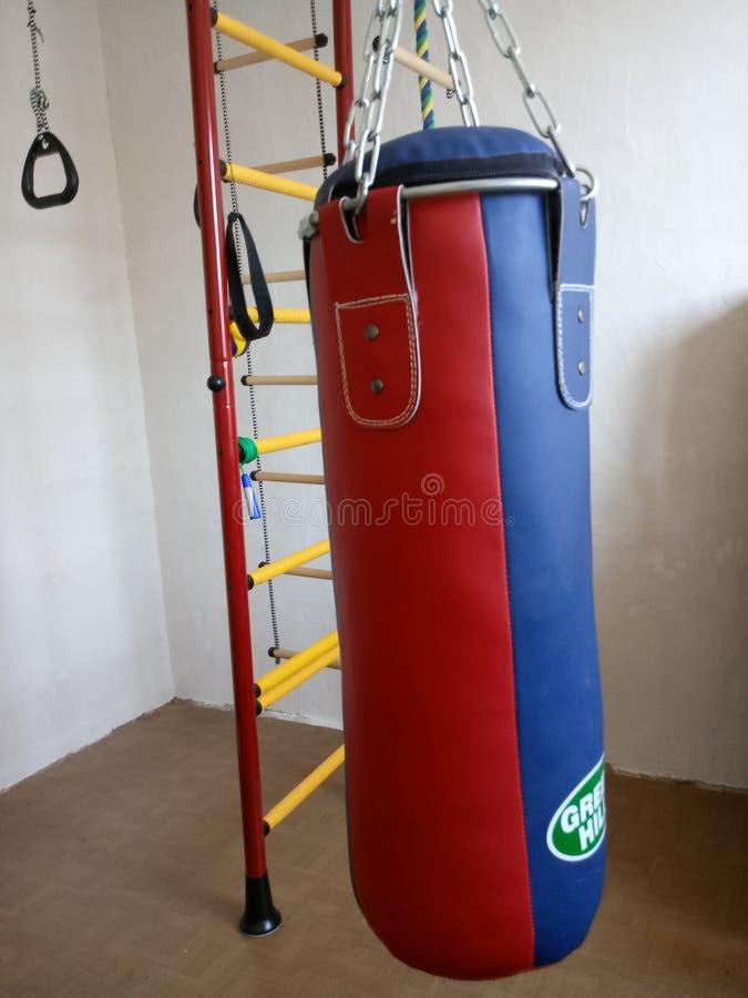 pièce du ` s de champion de sport de sac de sable à boxe jeune photos libres de droits