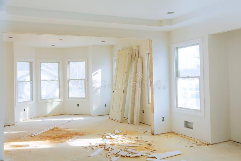 Pièce intérieure de construction à la maison neuve avec les étages en bois non finis et les cabinets jumeaux photos libres de droits
