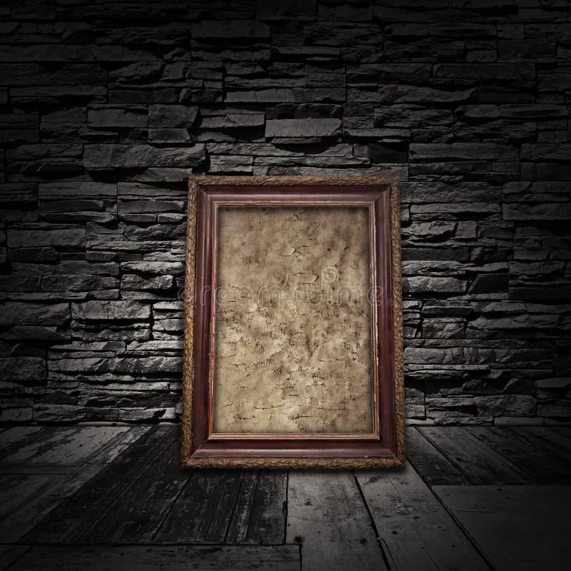 Pièce intérieure de cru avec les étages en bois, les murs en pierre et le vieux franc photo stock
