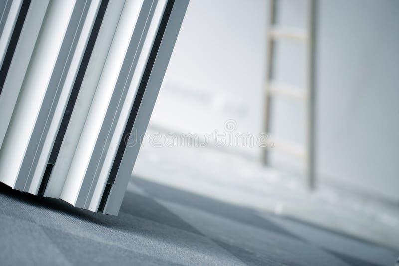Pièce intérieure des réparations ou du nettoyage d'immeuble de bureaux images stock