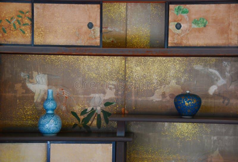 Pièce japonaise de thé d'étagères photographie stock