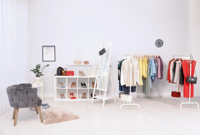 Pièce légère intérieure avec les vêtements élégants images stock