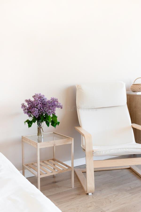 Pièce lumineuse avec le bouquet du lilas images stock