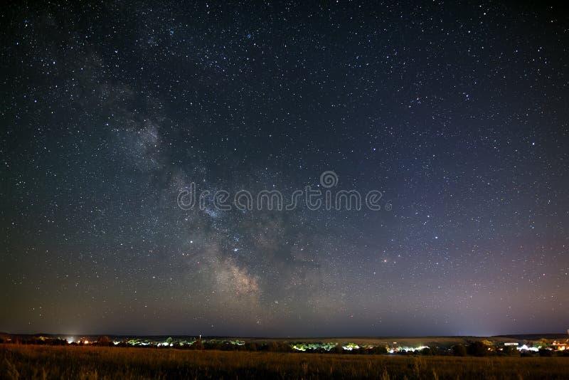 Pièce lumineuse d'étoiles de la manière laiteuse dans le ciel nocturne photos libres de droits