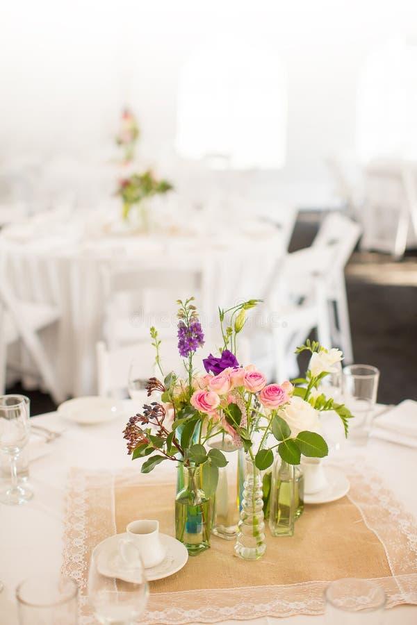 Pièce maîtresse à une table pour un événement tel qu'une réception de mariage images stock
