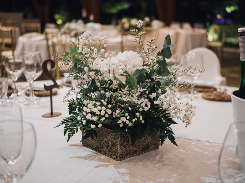 Pièce maîtresse des fleurs blanches à un mariage image libre de droits