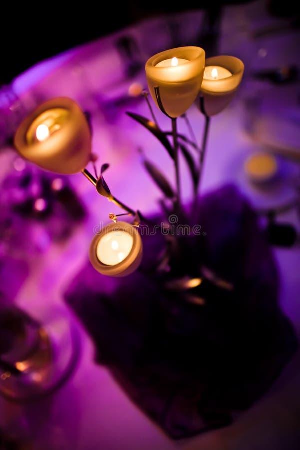 Pièce maîtresse romantique avec des bougies image stock