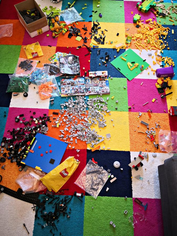 Pièce malpropre d'enfants - briques de lego partout image stock