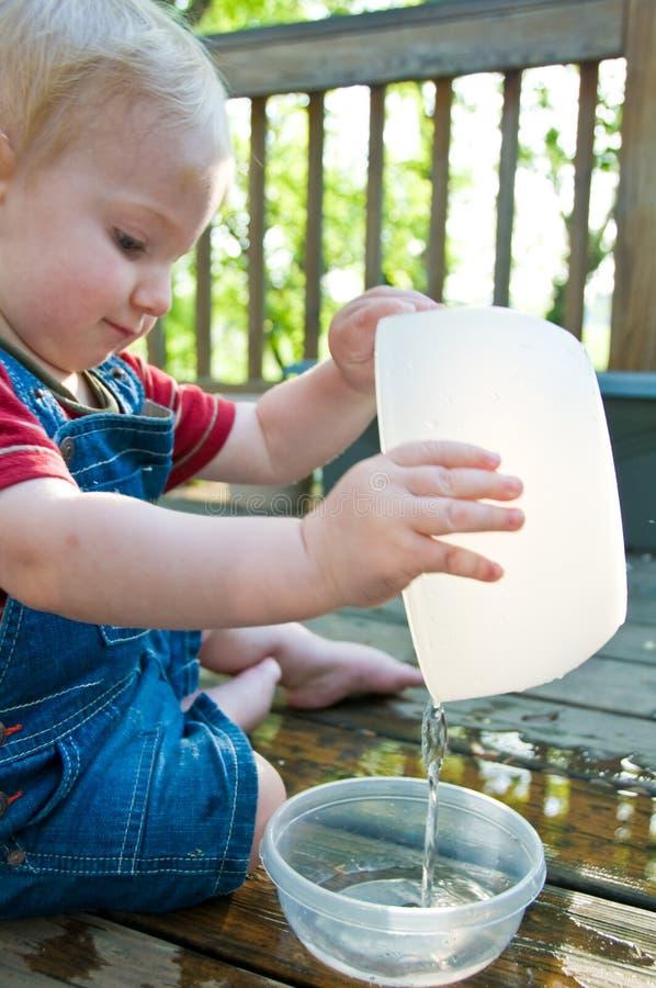 Pièce mignonne de l'eau d'enfant en bas âge image stock