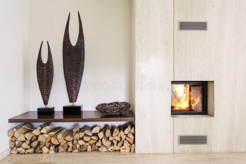 Pièce moderne avec la cheminée photos stock