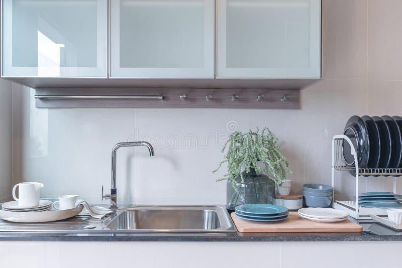 Pièce moderne de cuisine avec l'évier sur le compteur supérieur de granit image stock