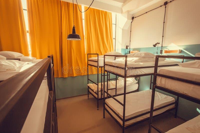 Pièce moderne de style de grenier avec des lits superposés et des rideaux jaunes photo stock
