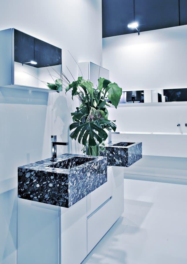 Pièce moderne de toilette photos stock
