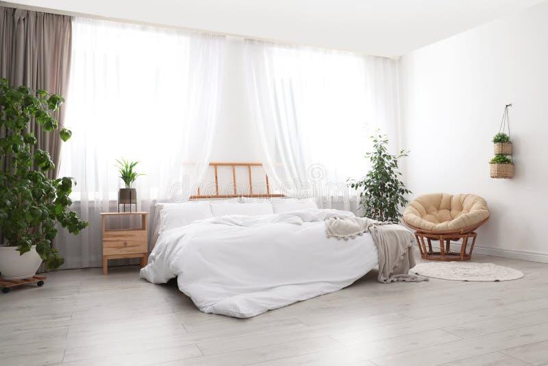 Pièce moderne légère intérieure avec le lit photo stock