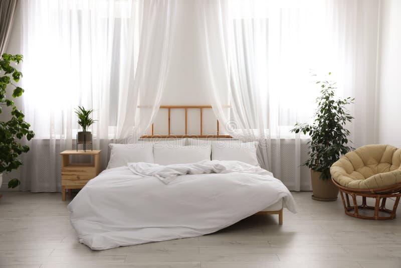 Pièce moderne légère intérieure avec le lit photographie stock libre de droits