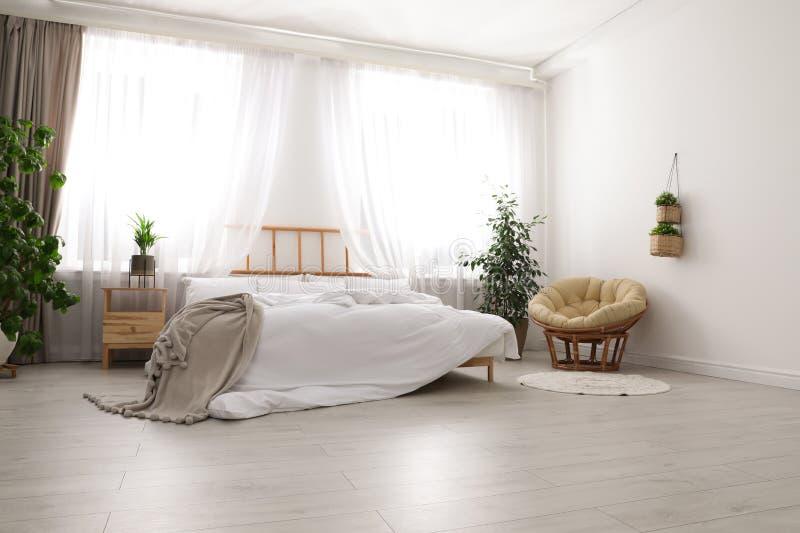 Pièce moderne légère intérieure avec le lit photographie stock
