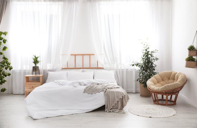 Pièce moderne légère intérieure avec le lit photos stock