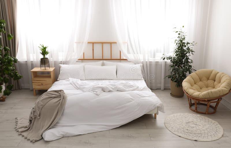 Pièce moderne légère intérieure avec le lit photos libres de droits