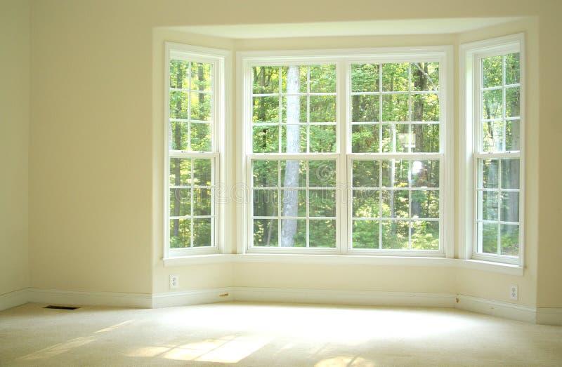 Pièce ouverte et lumineuse avec la fenêtre en saillie images stock
