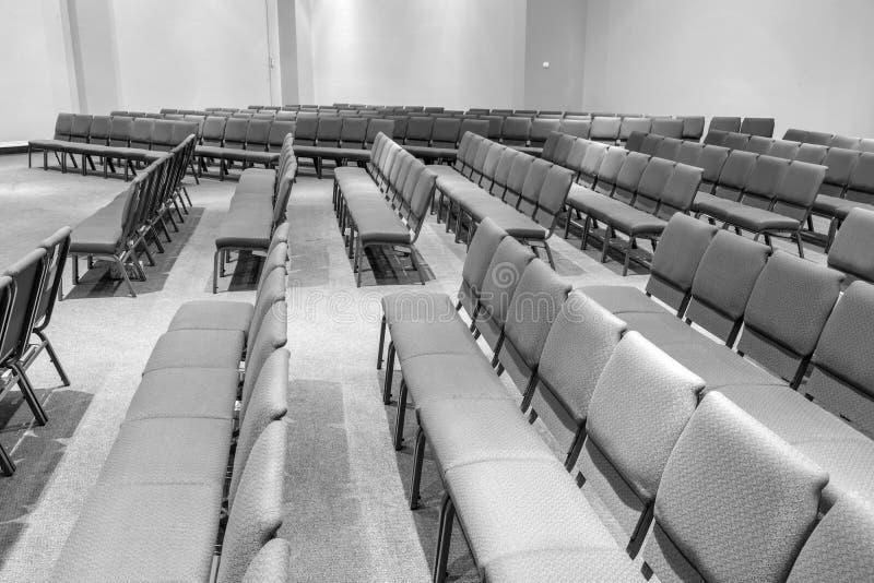 Pièce pleine des chaises vides noires et blanches photographie stock libre de droits