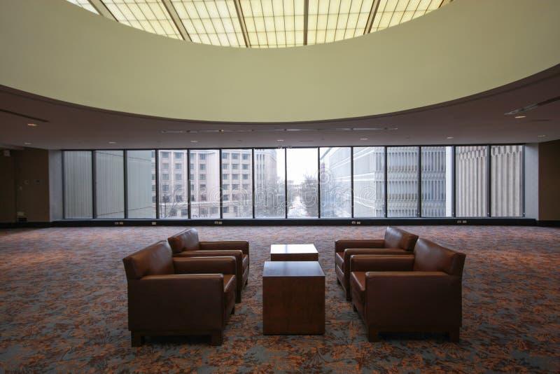 Pièce pour des négociations confidentielles avec les tables et l'armch photo stock