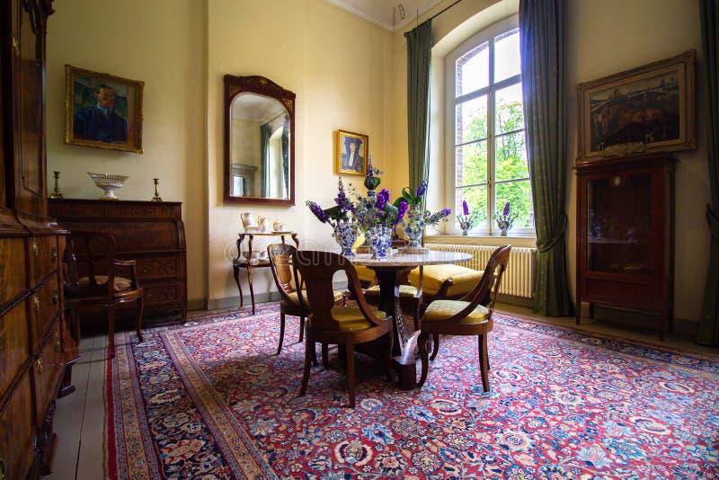 Pièce romantique dans un château historique avec de vieux meubles traditionnels photos stock