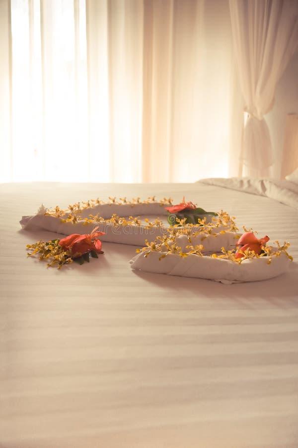 Pièce romantique de luxe de suite d'hôtel pour des couples de lune de miel images stock
