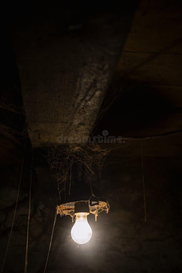 Pièce sombre avec des toiles d'araignée et les ampoules photos libres de droits