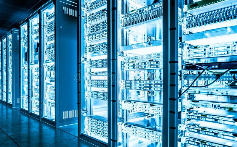 Pièce sombre de serveur de grandes données avec l'équipement lumineux photos stock