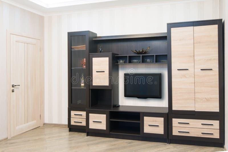 Pièce spacieuse avec les meubles, le grand cabinet et la TV image libre de droits