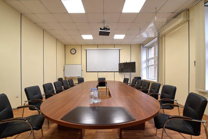 Pièce standard pour des présentations et des négociations dans le bureau, la longue table et les chaises photos stock