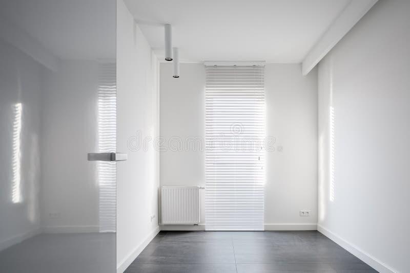 Pièce vide avec des abat-jour de fenêtre photo stock