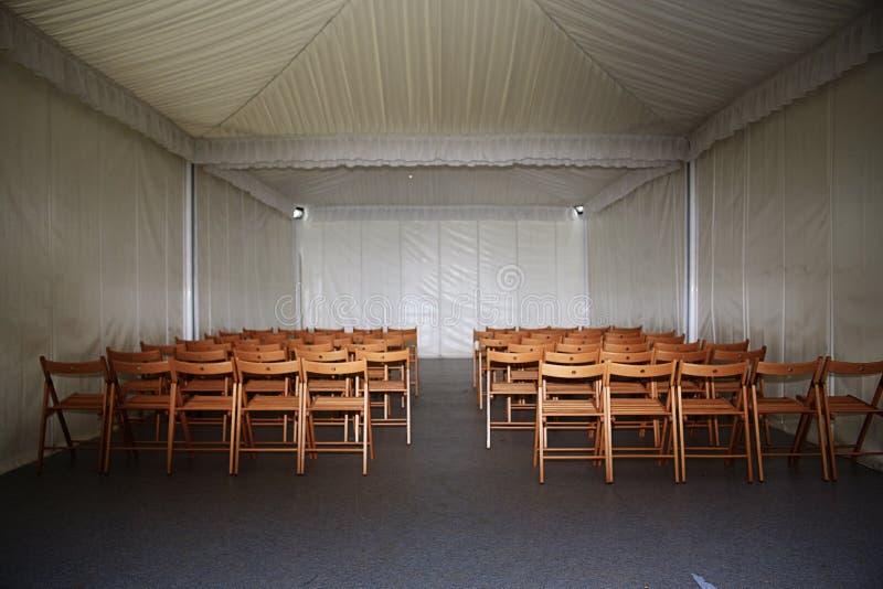 Pièce vide avec des chaises photos stock